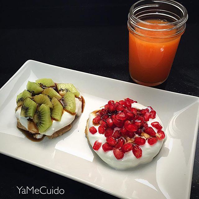 Receta de Desayuno rico rico!  2 tortitas (pancakes) de avena integral y canela con yogur 0% granada, kiwi y sirope de chocolate 0% de natural cero!!