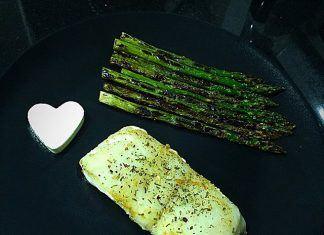 como hacer Merluza a la plancha con espárragos trigueros y corazón de queso de Burgo receta